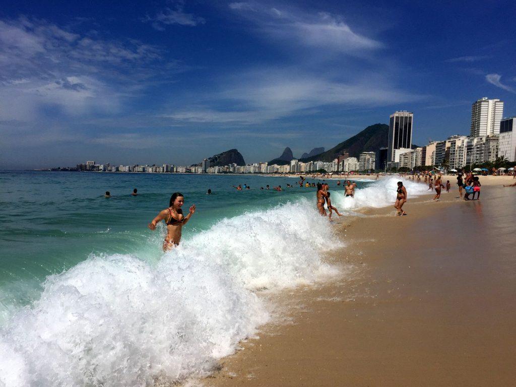 Первый заплыв, вернее забег в воду в Леме, Копакабана, Рио-же-Жанейро