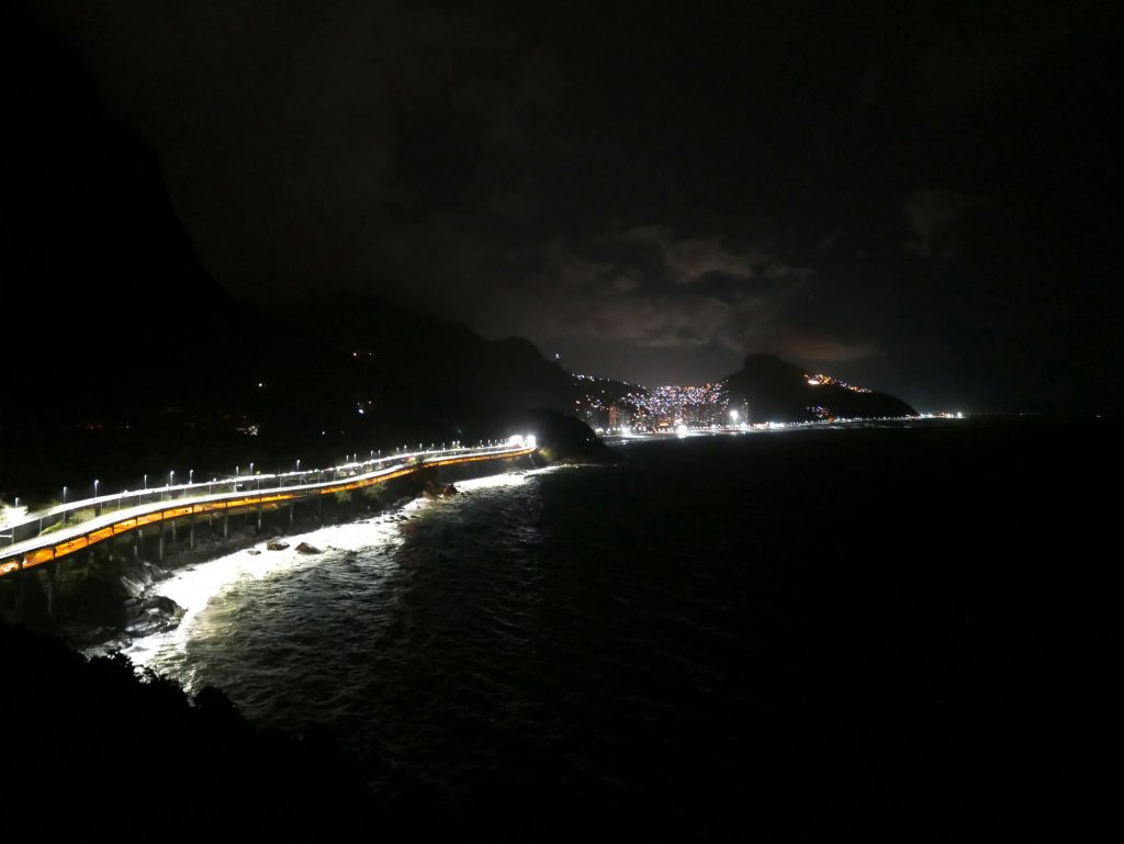 Вид с виллы ночью. В огнях фавела Росинья