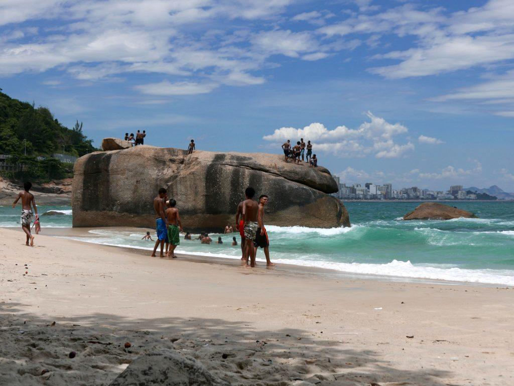 Пляж под фавелой Видигал у отеля Sheraton, Рио