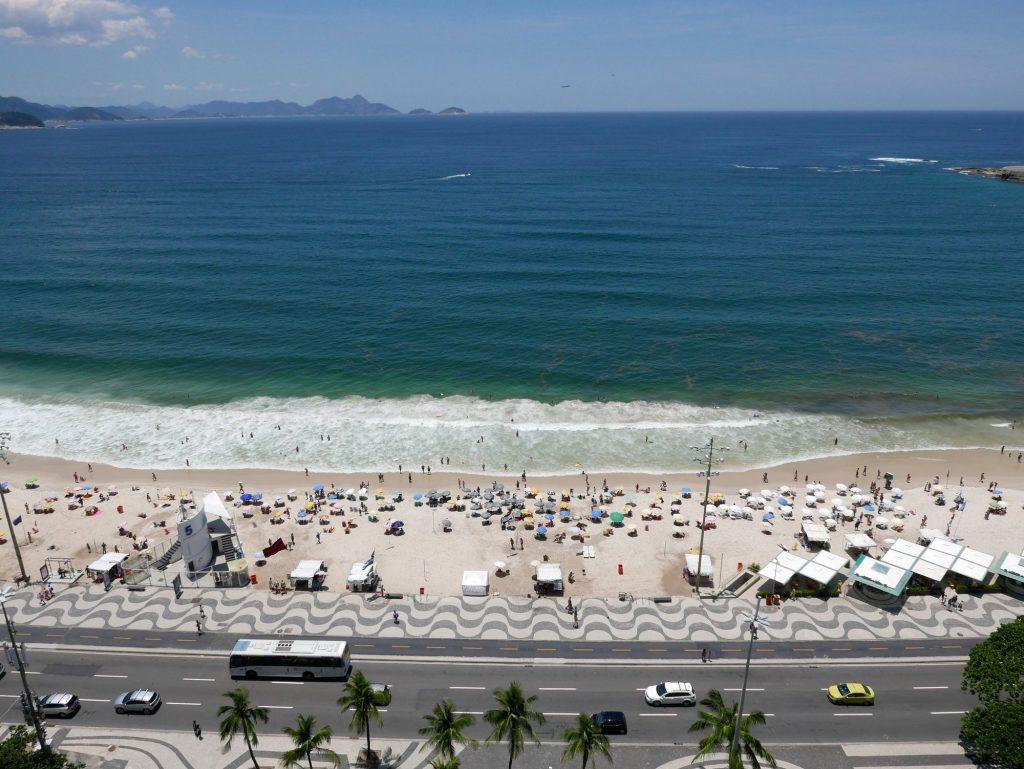 Вид с крыши на пляж Копакабана. Справа видна какая-то гадость в море.