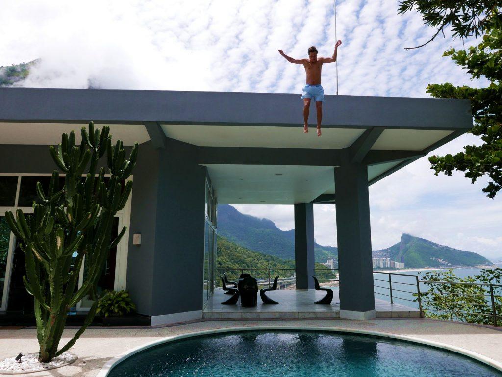 Прыжок с крыши в бассейн