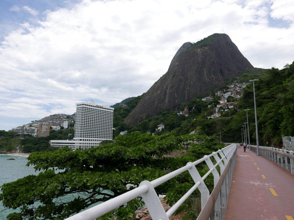 Впереди Morros Dois Irmaos. Белое здание - Sheraton, под ним отличный пляж для местных