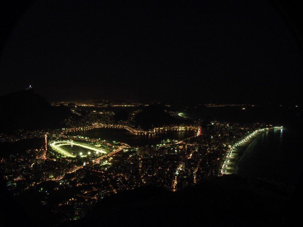 На вершине Морро-Дойз-Ирманс ночью